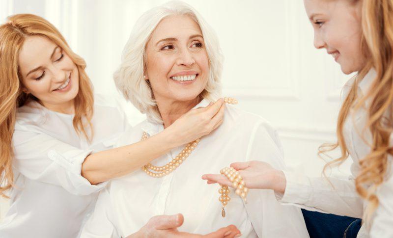Biżuteria – pomysł na prezent dla kobiety w każdym wieku